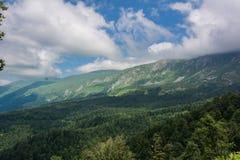 De Bergen van de Kaukasus zijn een bergsysteem in West-Azië tussen de Zwarte Zee en het Kaspische Overzees in het gebied van de K Royalty-vrije Stock Foto