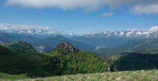 De Bergen van de Kaukasus zijn een bergsysteem in West-Azië tussen de Zwarte Zee en het Kaspische Overzees in het gebied van de K Stock Afbeeldingen