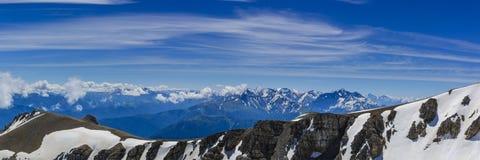De Bergen van de Kaukasus zijn een bergsysteem in West-Azië tussen de Zwarte Zee en het Kaspische Overzees in het gebied van de K Royalty-vrije Stock Fotografie