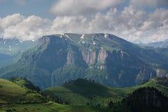 De Bergen van de Kaukasus zijn een bergsysteem in West-Azië tussen de Zwarte Zee en het Kaspische Overzees in het gebied van de K Royalty-vrije Stock Foto's