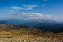 De Bergen van de Kaukasus zijn een bergsysteem in West-Azië tussen de Zwarte Zee en het Kaspische Overzees in het gebied van de K Royalty-vrije Stock Afbeelding