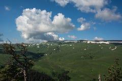 De Bergen van de Kaukasus zijn een bergsysteem in West-Azië tussen de Zwarte Zee en het Kaspische Overzees in het gebied van de K Royalty-vrije Stock Afbeeldingen