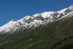 De Bergen van de Kaukasus zijn een bergsysteem in West-Azië tussen de Zwarte Zee en het Kaspische Overzees in het gebied van de K Stock Foto