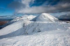 De bergen van Kerry met sneeuw worden behandeld die Stock Afbeeldingen