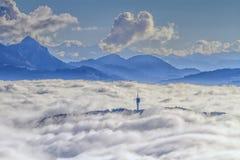 De bergen van mont-Gibloux en van Alpen op wolken, Stock Fotografie