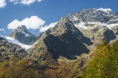 De Bergen van Rusland - van de Kaukasus - Dombay - zet Sulahat in de herfst c op Royalty-vrije Stock Fotografie