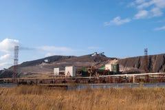 De bergen van de stortplaatsenrots van zout-produceert installaties royalty-vrije stock fotografie