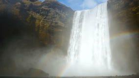 De bergen van de watervalregenboog stock video