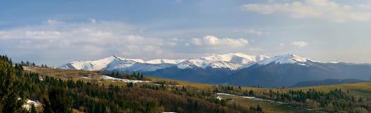 De bergen zijn de Karpaten, de Oekraïne. Royalty-vrije Stock Afbeelding