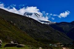 De bergen zijn het Begin en het Eind van de Al Natuurlijke Schoonheid stock afbeeldingen