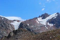 De bergenlandschap van Alma Ata op de zomerdag Royalty-vrije Stock Foto's