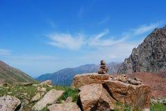 De bergenlandschap van Alma Ata op de zomerdag Stock Afbeeldingen