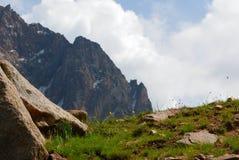 De bergenlandschap van Alma Ata op de zomerdag Royalty-vrije Stock Afbeelding