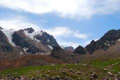 De bergenlandschap van Alma Ata op de zomerdag Royalty-vrije Stock Afbeeldingen