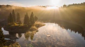 De bergenmeer Caumasee Switzeland Lucht4k van de zonsopgangmist stock video