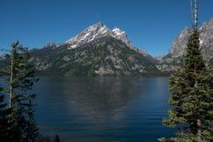 De Bergenstijging van Grand Teton boven Jenny Lake Stock Foto's