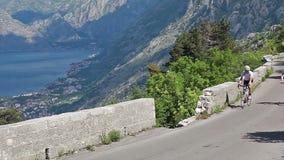 De bergfiets van het fietserpersonenvervoer in zonnige dag stock videobeelden