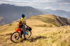 De bergfietser reist in de hooglanden van Tusheti-gebied, stock foto's