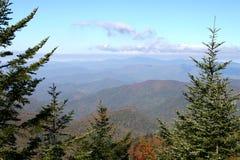 De bergketen in smokey zet op Stock Afbeelding