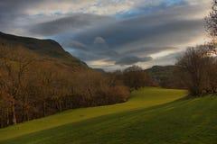 De bergketen van Cadairidris in snowdonia onder een humeurige hemel Royalty-vrije Stock Foto's