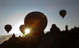 De bergketen van de zonsopgangstralen van hete luchtballons Royalty-vrije Stock Fotografie
