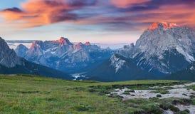 De bergketen van Gruppodel cristallo bij de vroege zomerochtend Dol Stock Foto's