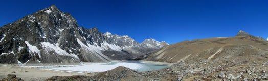 De bergketen van Himalayagebergte en het bevroren lange panorama van het meer mooie landschap royalty-vrije stock fotografie