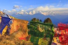 De bergketen van Himalayagebergte met bidt vlaggen, mening van Poonhill, fam Stock Foto's