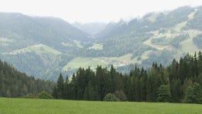 De bergketen van de Oostenrijkse Alpen, waarop de ski loopt Skitoevlucht in de herfst door mist wordt omringd die stock footage