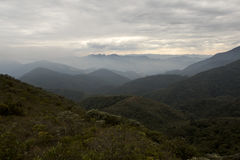 De bergketen van Serrafina met wolken in de winter van minas gerais horizontaal Brazilië Stock Foto