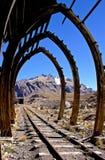 De bergketenmening van de Andes door een oude structuur De winderosie van de Higberg stock afbeeldingen