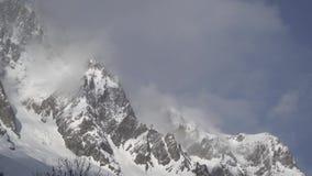 De berglandschap van de alp met nevel stock videobeelden