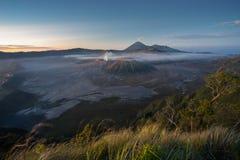 De berglandschap van de Bromovulkaan in een ochtendzonsopgang, Oost-Java Royalty-vrije Stock Foto's