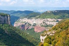 De berglandschap van Catalonië van Tavertet dorp, Spanje wordt gezien dat stock foto