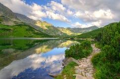 De berglandschap van de zomer Meer in bergen Stock Afbeelding