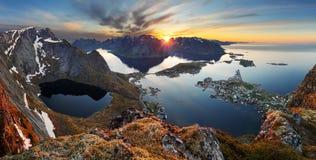 De berglandschap van het aardpanorama bij zonsondergang, Noorwegen Stock Fotografie