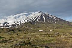 De berglandschap van Kamchatka op bewolkte dag: Ovale Zimina-Vulkaan Stock Afbeelding