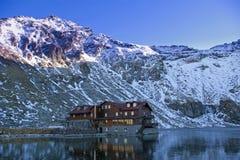 Het meer en het chalet van de berg royalty-vrije stock foto