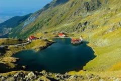 Het meer van Balea in bergen Fagaras Stock Foto's