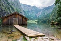 De bergmeer van het bergmeer met dok en botenhuis royalty-vrije stock fotografie