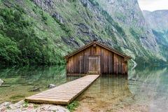 De bergmeer van het bergmeer met dok en botenhuis stock foto