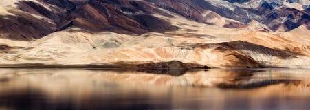 De bergmeer van Tsomoriri met fantastische bergen Stock Afbeelding