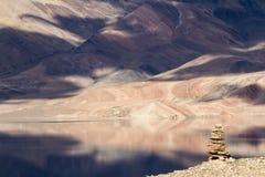 De bergmeer van Tsomoriri met stupa op de voorzijde Stock Fotografie