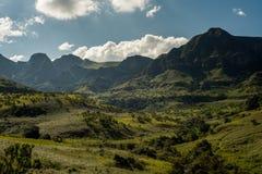 De bergmeningen over de Thukela-stijging aan de bodem van Tugela van Amphitheatre valt in Koninklijke Natal National Park, Draken stock afbeelding