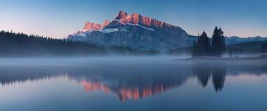 De bergmeningen wanneer u in Twee Jack Lake kampeerterrein van het Nationale Park van Banff in Alberta, Canada bent stock fotografie