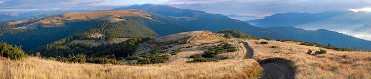 De bergpanorama van de herfst. Stock Foto