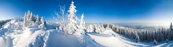 De bergpanorama van de winter Stock Foto's