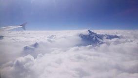De bergpiek komt uit het overzees van wolk te voorschijn royalty-vrije stock fotografie