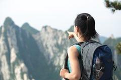 De bergpiek van de vrouwenwandelaar Stock Afbeeldingen