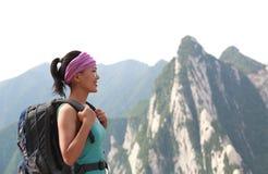 De bergpiek van de vrouwenwandelaar Stock Foto's